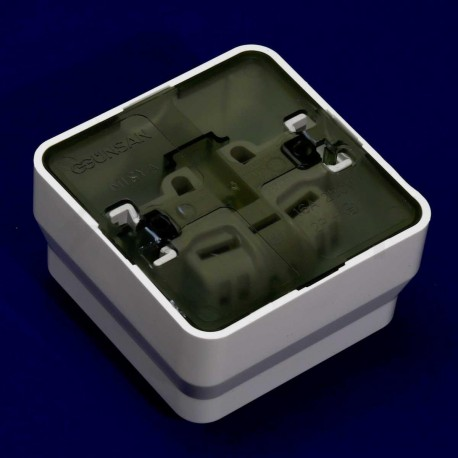 Электрическая одинарная розетка Gunsan Misya наружная белая, с заземлением (1051100100115) - в интернет-магазине