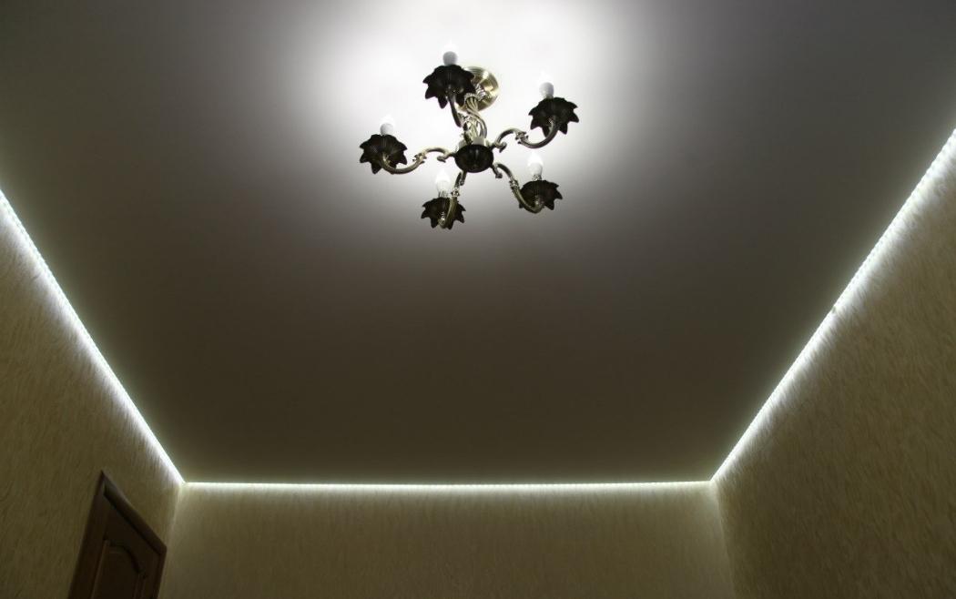 Люстра и подсветка периметра на натяжном потолке