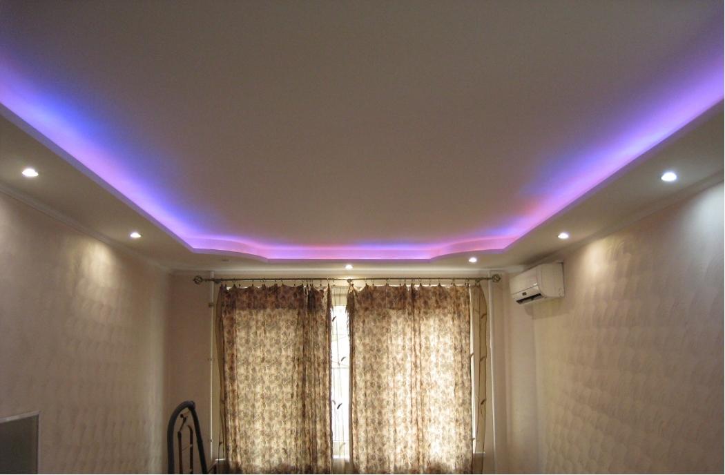 Подсветка потолка светодиодной лентой и точечными светильниками