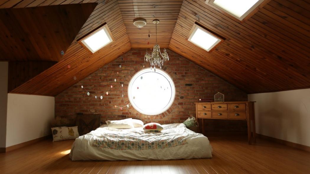 Спальня на чердаке с люстрой