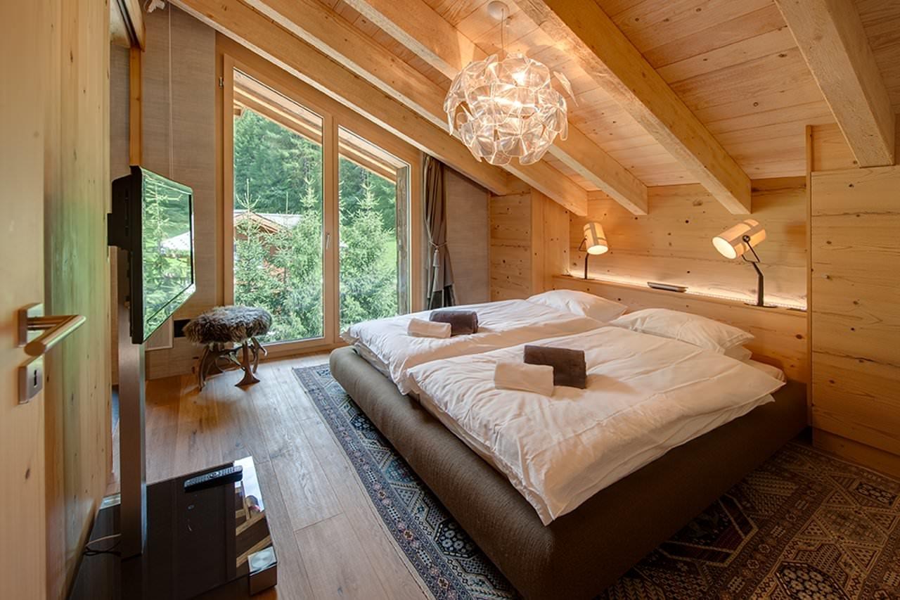Просторная спальня в мансарде