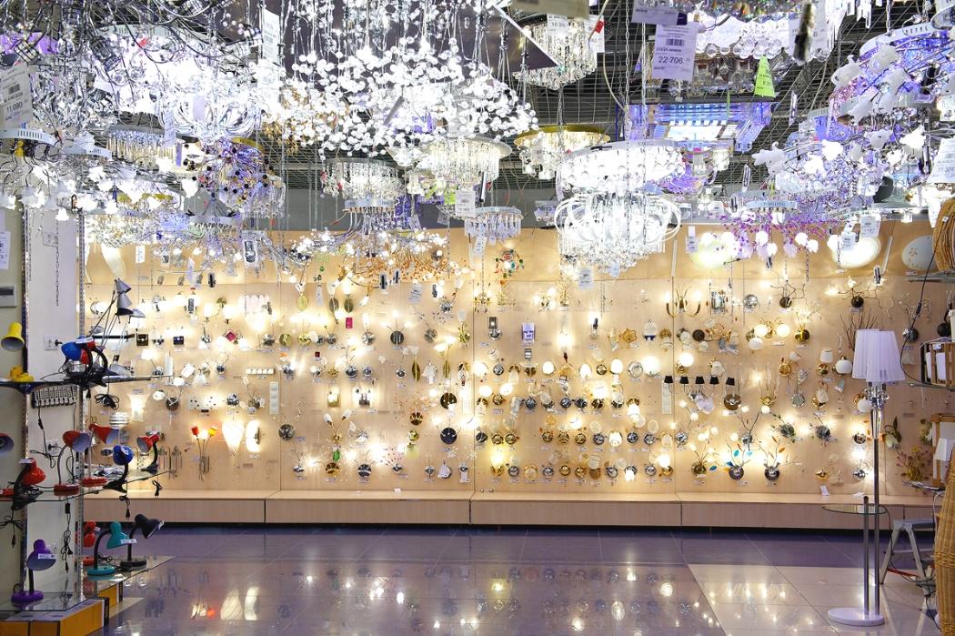 Настенные светильники и люстры