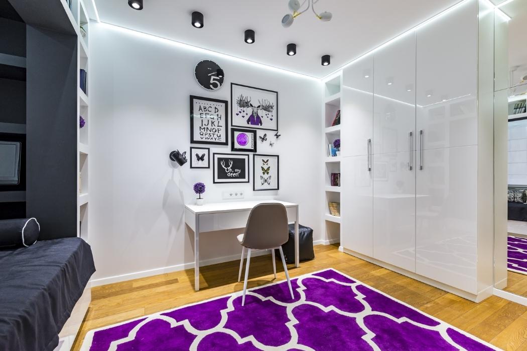 Комната со светодиодной подсветкой и спотами