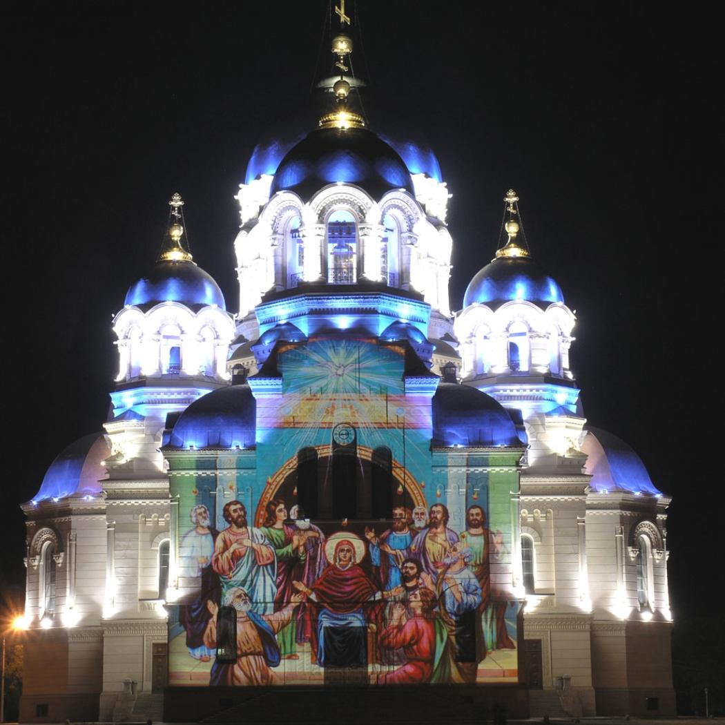 Яркое освещение церкви